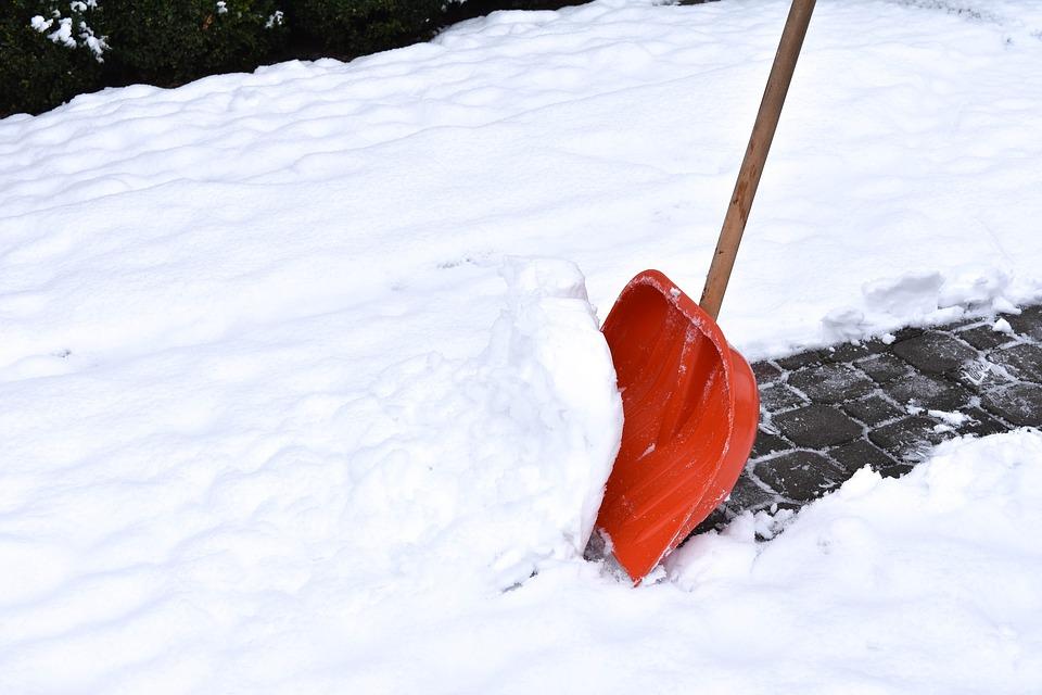 Смольный назвал количество пострадавших от снега и наледи за зиму