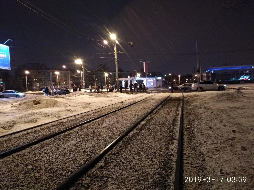Авария в Калининском районе Петербурга произошла ночью. Фото: «ДТП и ЧП Санкт-Петербург»