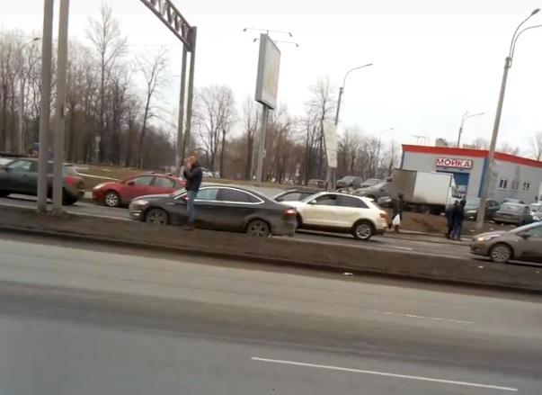 Мужчина стоял у дороги и поливал себя водой. Фото: Скрин