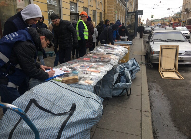 Сотрудники комитета изымают стойки с товарами Фото: пресс-служба ККИ