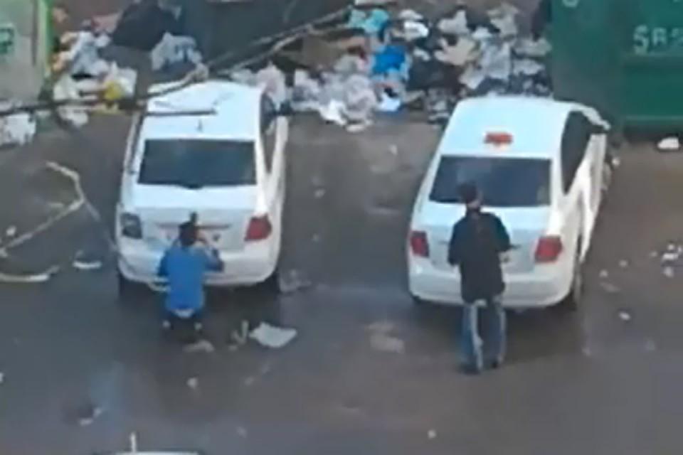 Номера с побитого автомобиля снимают и приставляют к новенькому. Фото: Комсомольская правда