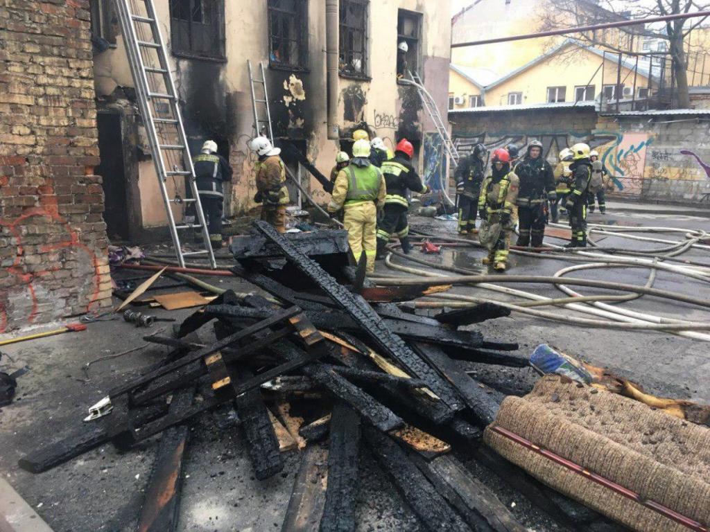 """Причиной пожара мог стать костер, который развели бездомные, чтобы согреться. Фото: """"ДТП и ЧП. Петербург""""/vk.com"""