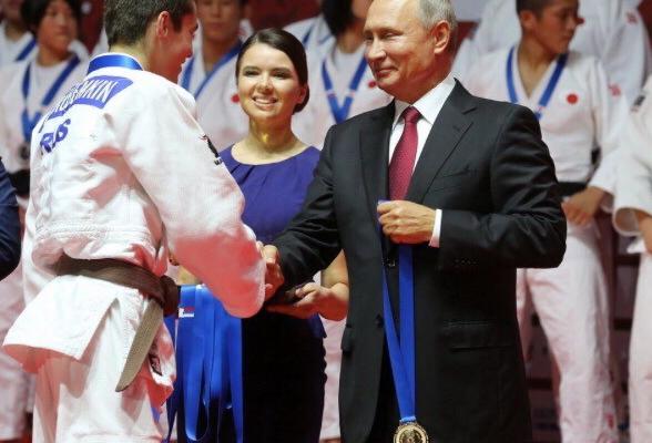 Путин вручил медаль кингисеппскому дзюдоисту
