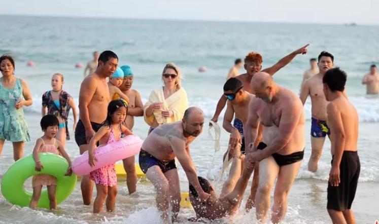 После героического поступка российского туриста китайские власти решили кардинально изменить систему безопасности на пляже. Фото: http://www.hinews.cn