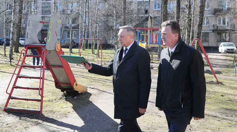 Беглову не понравилось состояние детской площадки. Фото: gov.spb.ru