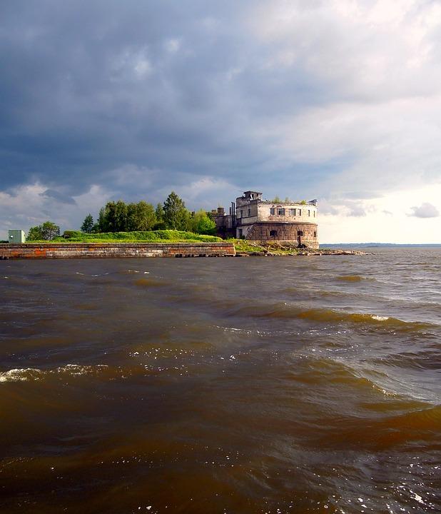 Сейчас туристы чаще всего едут в Кронштадт за морскими прогулками; форты на втором месте. Фото: pixabay.com