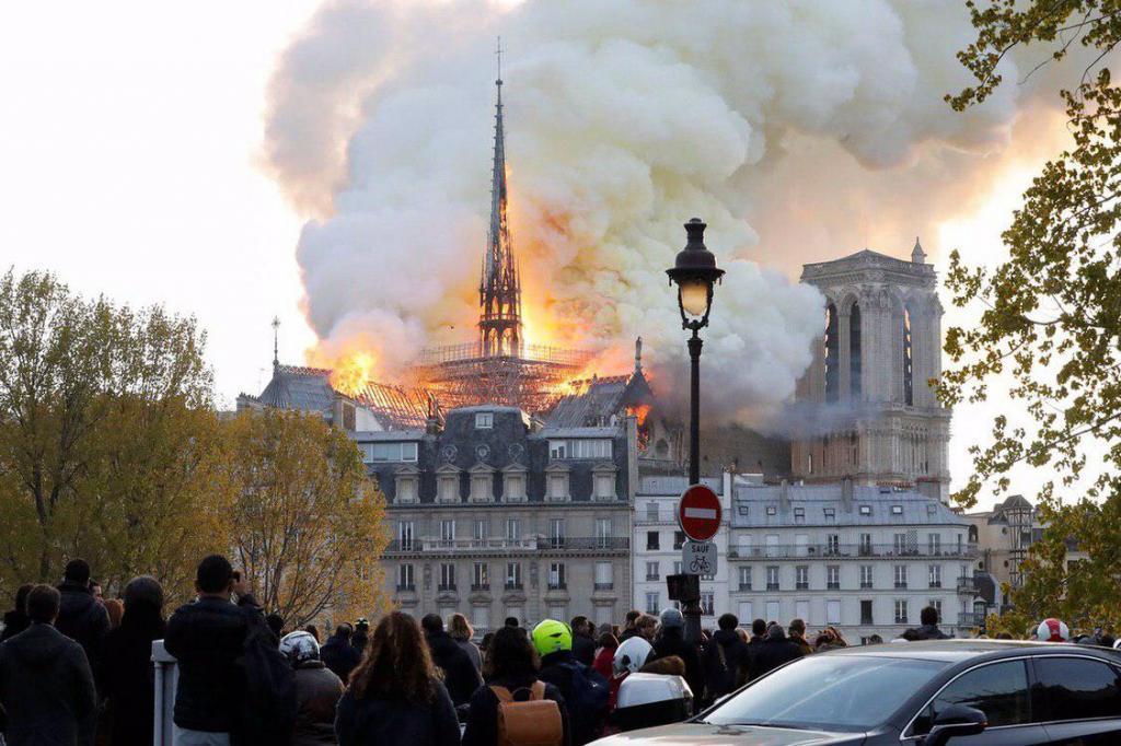 Мэр Парижа Анн Идальго заявила, что при пожаре сохранились алтарь и алтарный крест. Фото: https://vk.com/spb_today