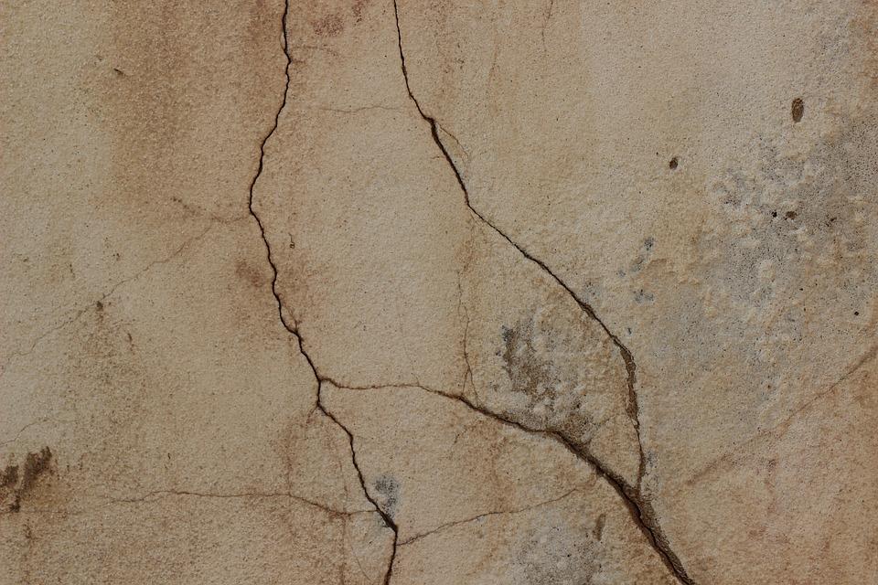 Трещины в стенах и утечка газа вызвали беспокойство жителей на Двинской