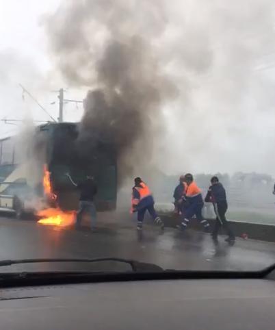 Утром на Приморском шоссе сгорел автобус, перевозивший людей