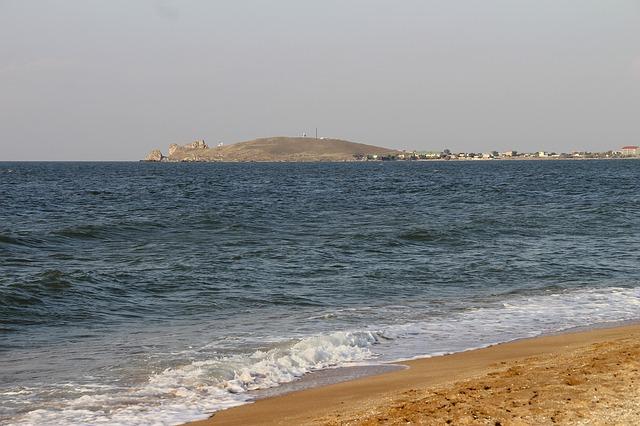 В Тихом океана троих мужчин нашли благодаря надписи SOS на пляже