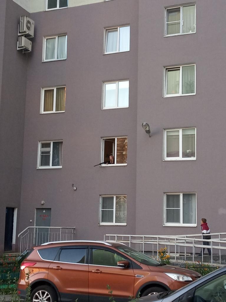 В Буграх девушка стреляет из окна квартиры