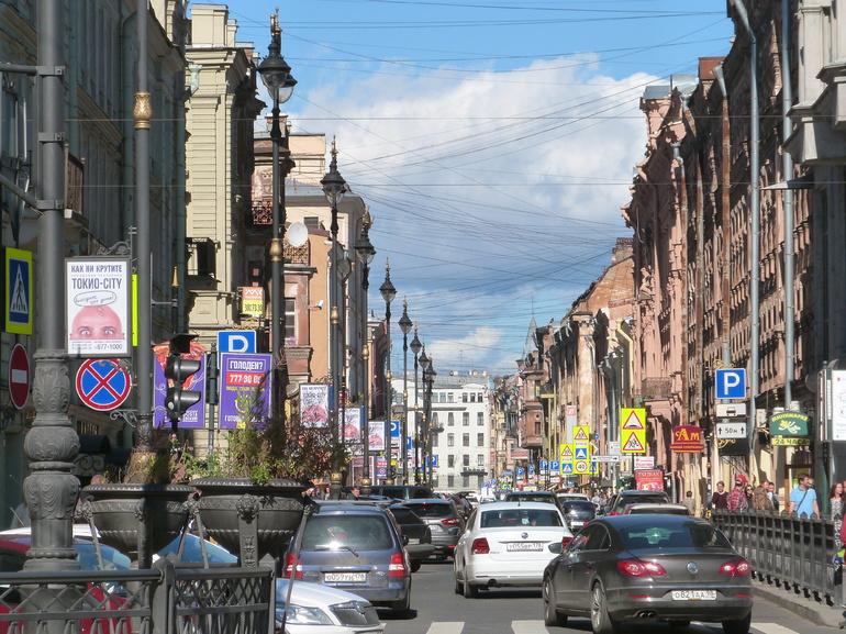 На улице Рубинштейна образовалась гигантская очередь в офис продаж «Аэрофлот»