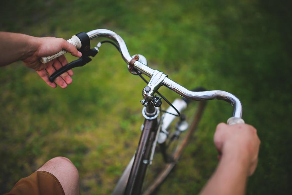 Школьник на велосипеде попал под колеса иномарки на Энтузиастов