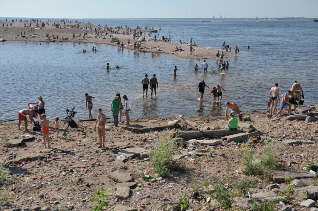 Пляжный сезон: купаться или не купаться? МЧС одобрил 15 водных объектов в Петербурге, Роспотребнадзор — ни одного