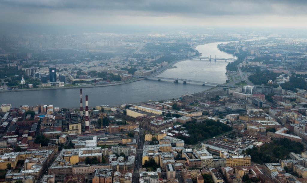 Свердловскую набережную привели в порядок после прорыва трубы: движение восстановлено