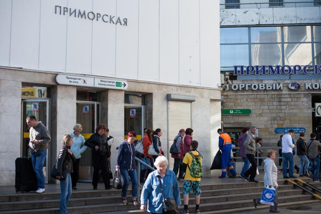 Активисты не досчитались тротуарной плитки возле метро «Приморская»