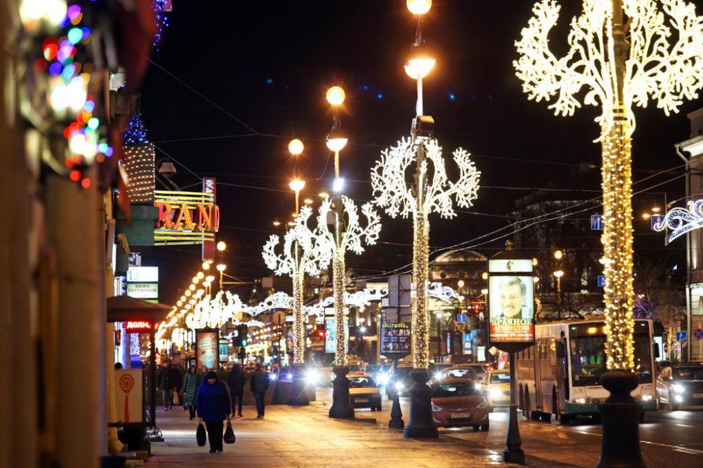 С петербургских улиц начали убирать новогодние украшения