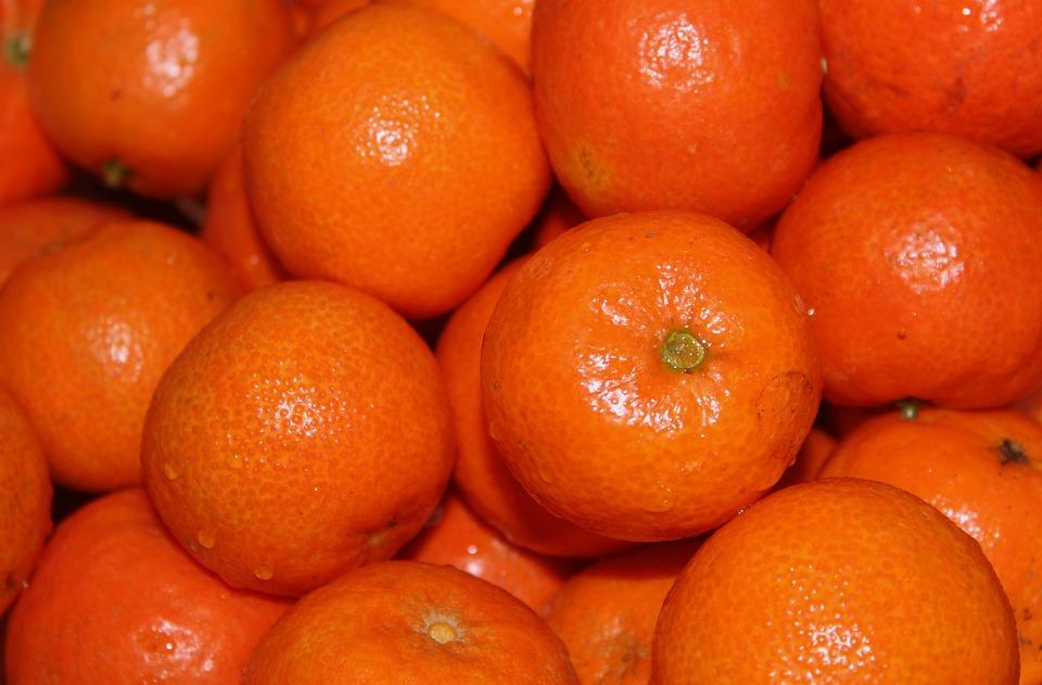 На Софийской овощебазе уничтожили 21 тонну мандаринов из США