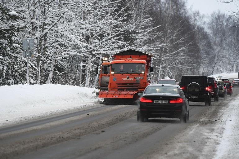 С начала года на заледенелые дороги Ленобласти высыпали 1,5 тыс. тонн соли