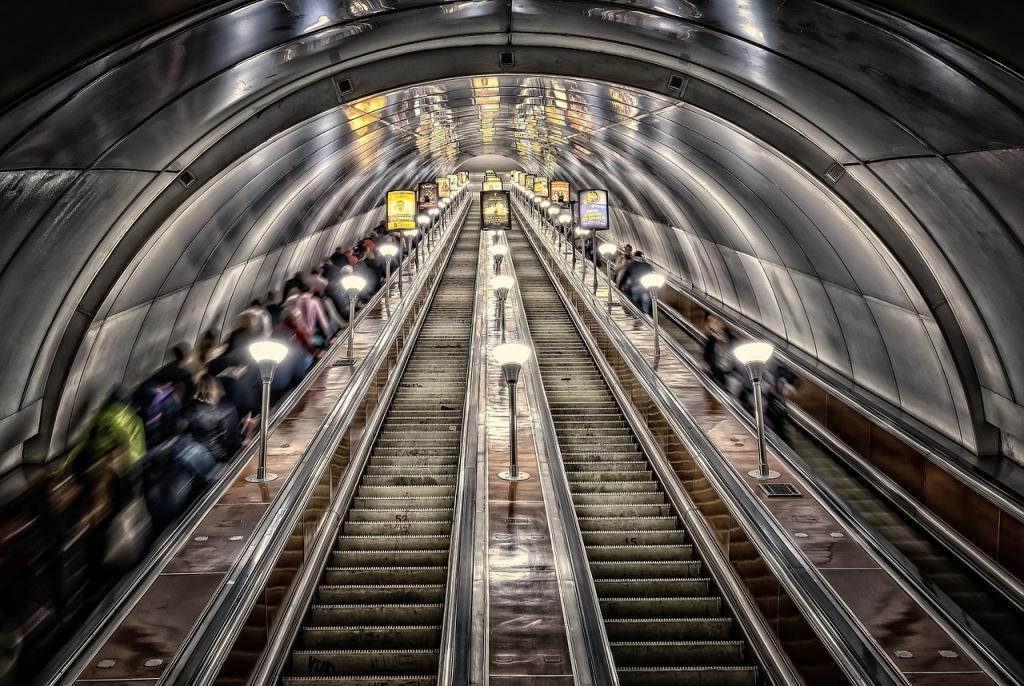 Петербуржцы устроили давку в метро после салюта