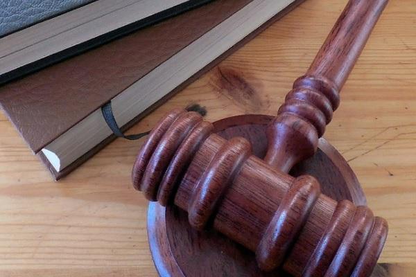 Суд Петербурга оштрафовал мужчину за празднование юбилея «Алисы»