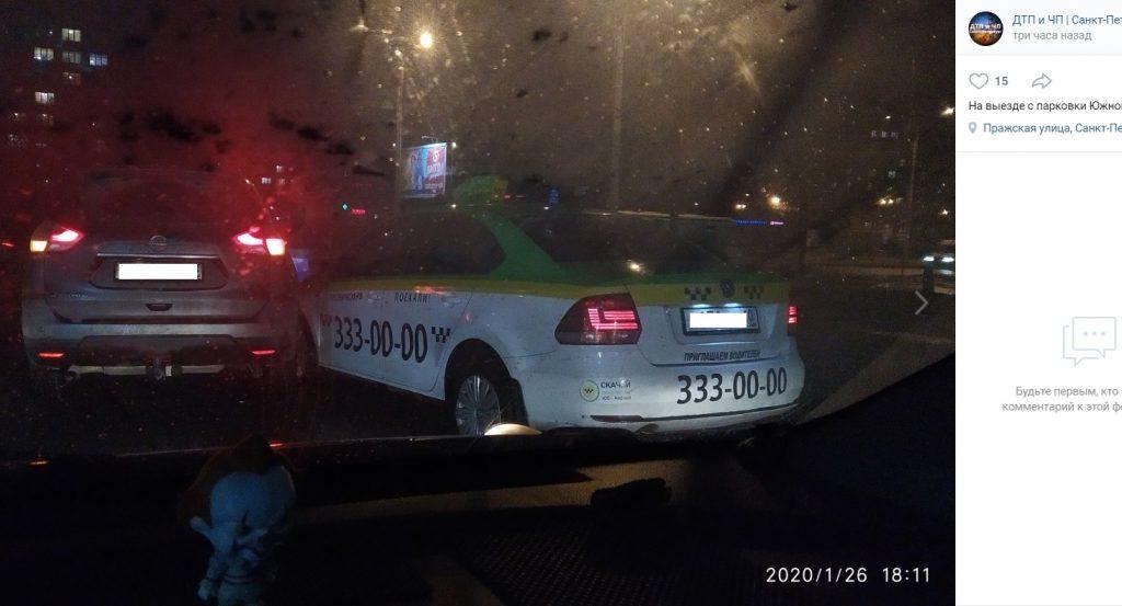 Nissan и «ТаксовичкоФ» не поделили выезд с парковки у ТЦ «Южный полюс»