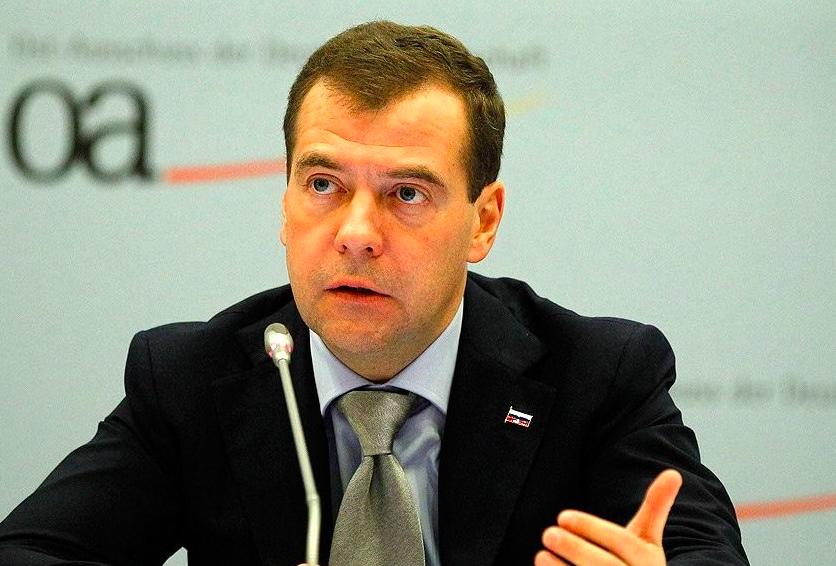 Медведев предложил поэкспериментировать с четырехдневной рабочей неделей