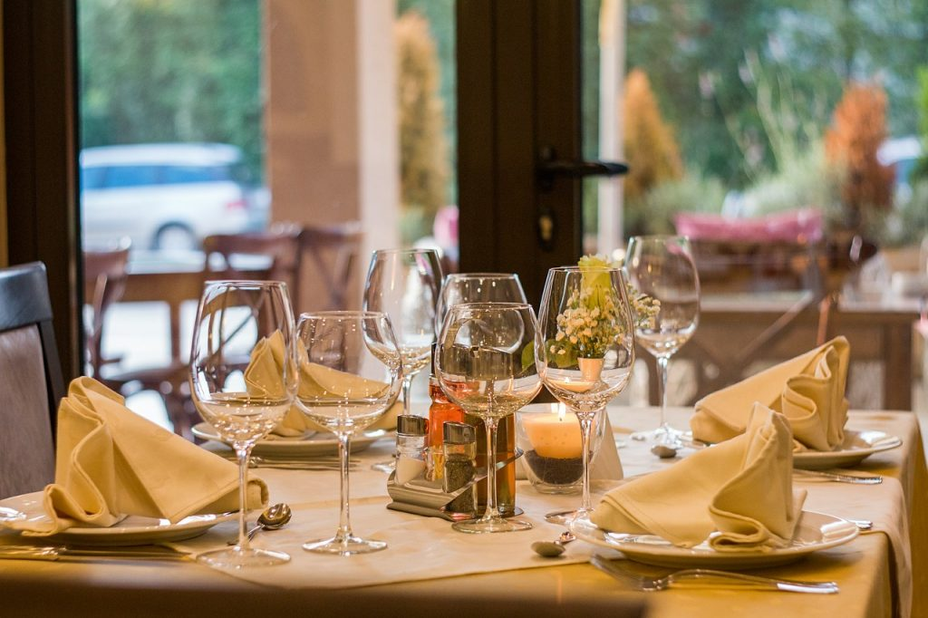 В Петербурге с 12 июля могут вновь заработать рестораны и кафе