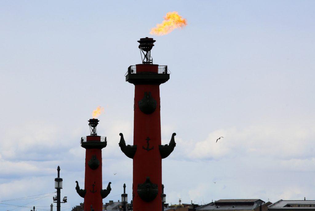 В Петербурге зажгли ростральные колонны в честь победы «Зенита»