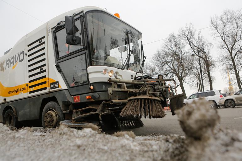 Почти 8,5 тысяч дворников убирали дворы и улицы Петербурга 4 января
