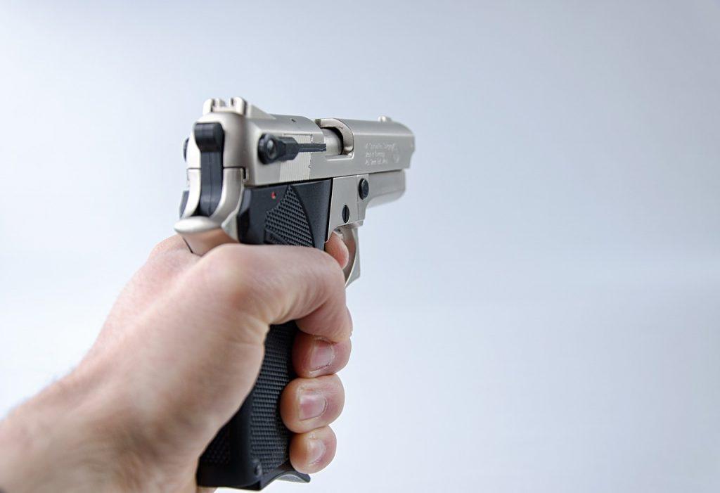 Выстрелил в ногу, стащил телефон. В Красносельском районе ищут напавшего на прохожего