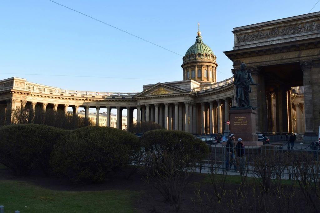 На водителя, припарковавшего красный Hummer между колоннами Казанского собора, завели дело