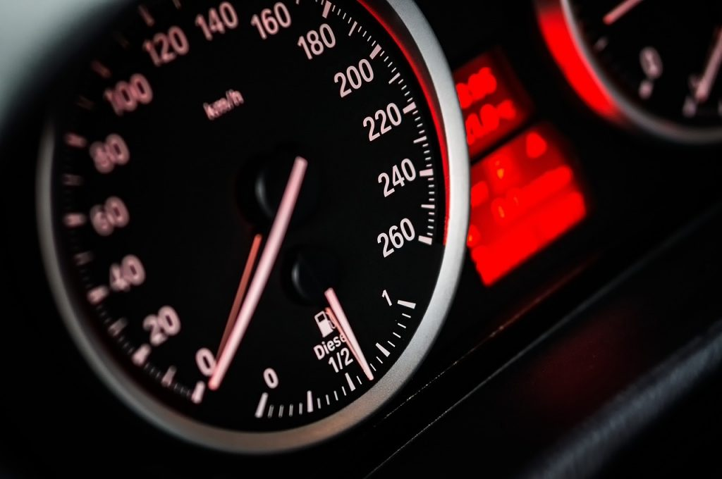 Трехколёсная Infinity, розовая иномарка, разогнавшийся до 150 км/ч внедорожник: лихачи на дорогах Петербурга