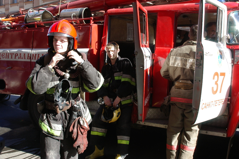В Пушкинском районе пожарные тушили сарай и баню