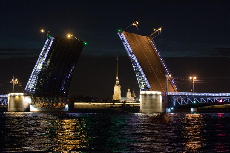 В Петербурге за сезон разводки мостов по Неве прошли почти 2,9 тыс. судов