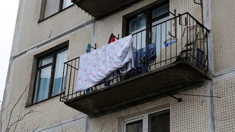 В Тосненском районе мужчина случайно столкнул другого с балкона