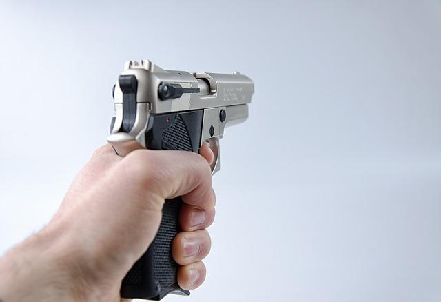 В Москве мужчина пришел в отдел полиции с оружием и пытался устроить стрельбу