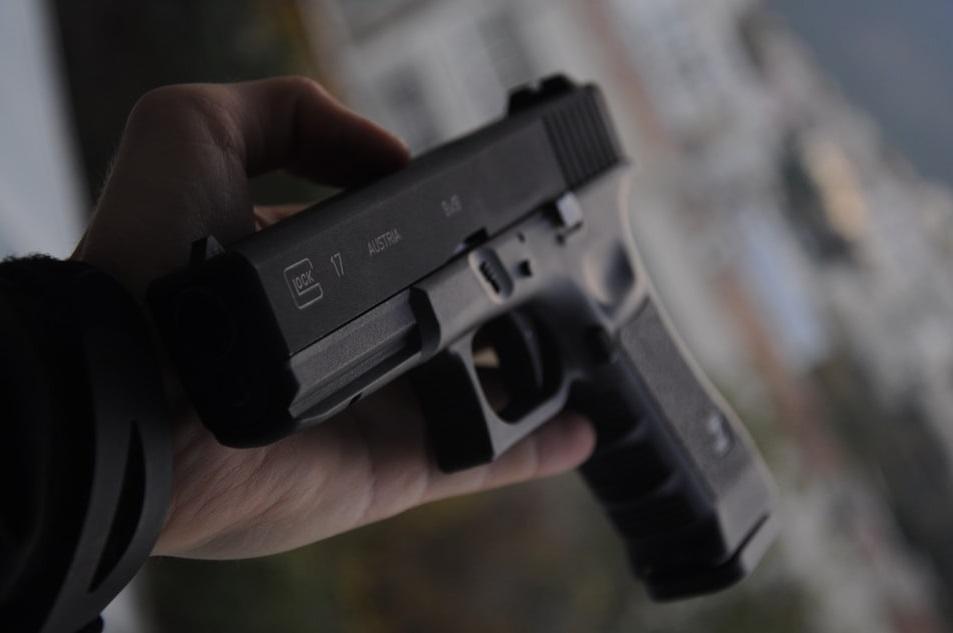 Подросток ворвался в квартиру своей знакомой на улице Кузнецова и похитил три пистолета