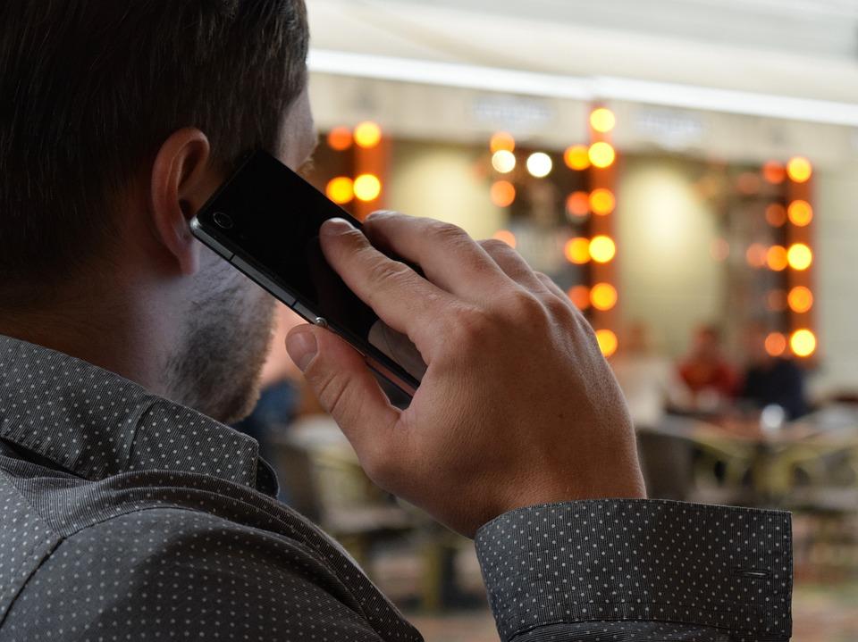Петербуржец довел до истерики телефонного мошенника
