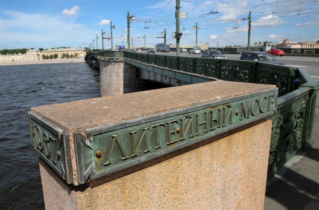 На Литейном мосту перекроют две полосы для замены асфальта