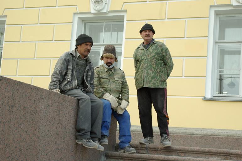 В Петербурге жалуются на нехватку рабочей силы – мигранты уехали по домам