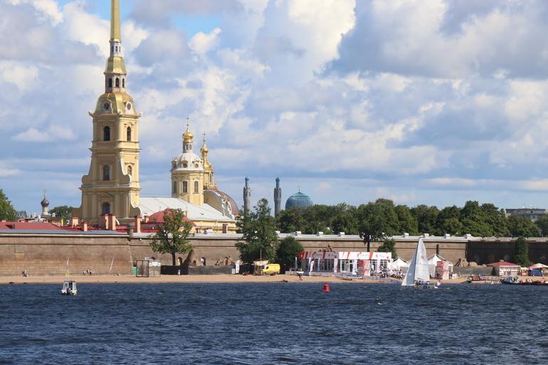 Солнечно и без дождей: Петербург остается под влиянием антициклона