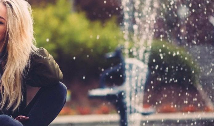 Девушка разрушила фонтан при попытке сделать селфи