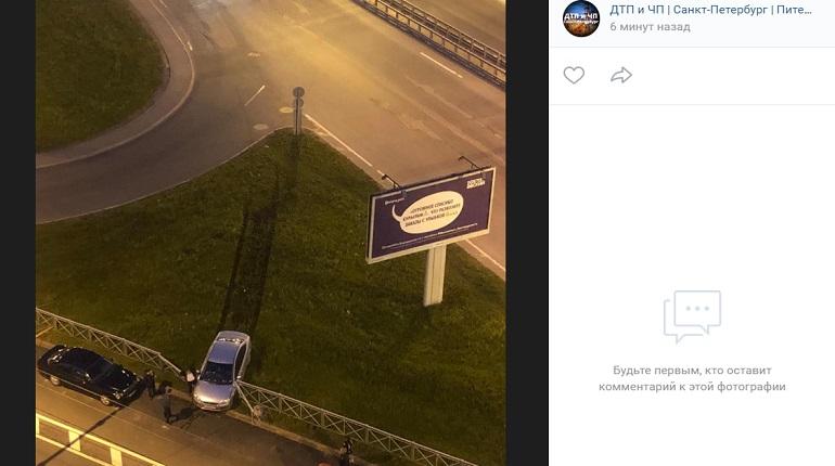 На проспекте Косыгина легковушка влетела в ограждение