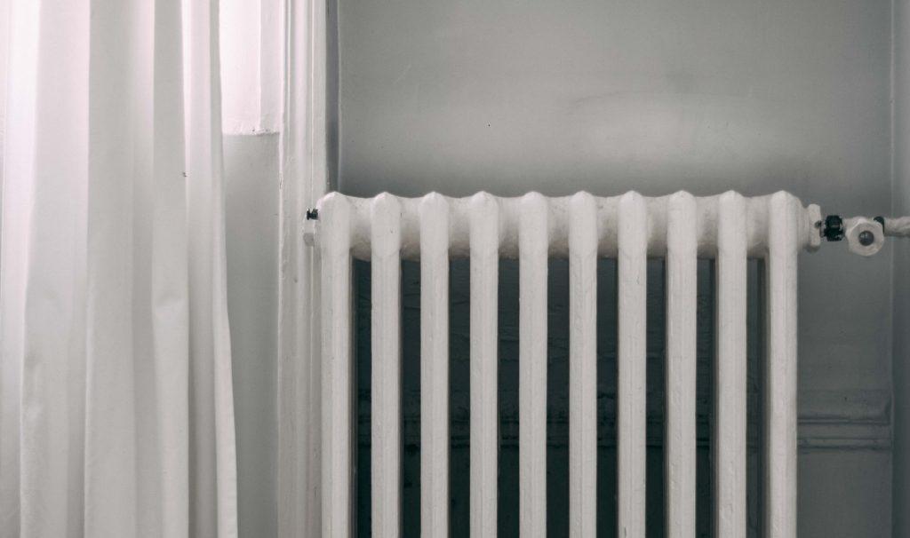 Когда включат отопление в Петербурге. Люди мерзнут и жмутся к обогревателям и кошкам