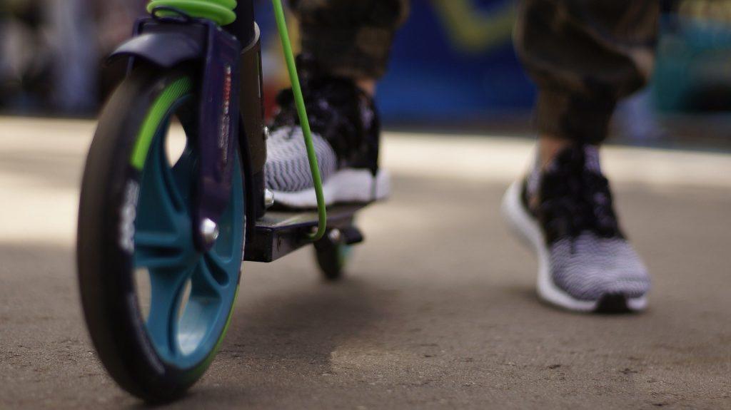 Во дворе жилого дома мальчик на самокате угодил под колеса легковушки