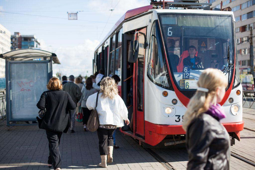 Движение трамваев и троллейбусов в центре Петербурга восстановлено