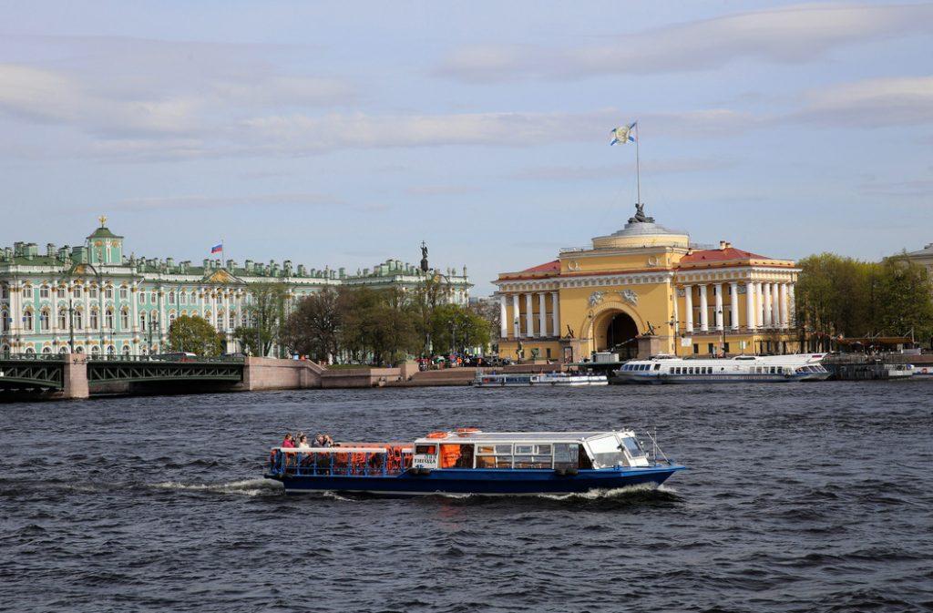 Водные прогулки в Петербурге. Кто заменил иностранных туристов