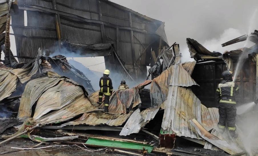 Спасатели локализовали пожар в ангарах на Пискаревском проспекте