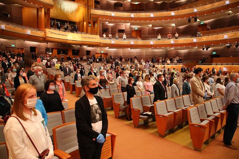 Концерт для медиков в Мариинском театре начали с минуты молчания